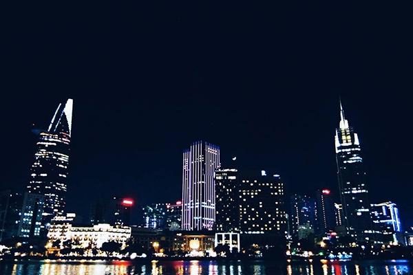 Đến cuối buổi chiều, bạn hãy nhanh chân đóng đô tại nóc hầm Thủ Thiêm phía quận 2. Bởi chỉ có ở đây bạn mớicó thể ngắm nhìn đủ sắc thái của Sài Gòn từ lúc hoàng hôn...   ...chạng vạng và về đêm.   Bạn thấy đó, Sài Gònđẹp lắm, một thành phố đang phát triển ngày càng đẹp lên.