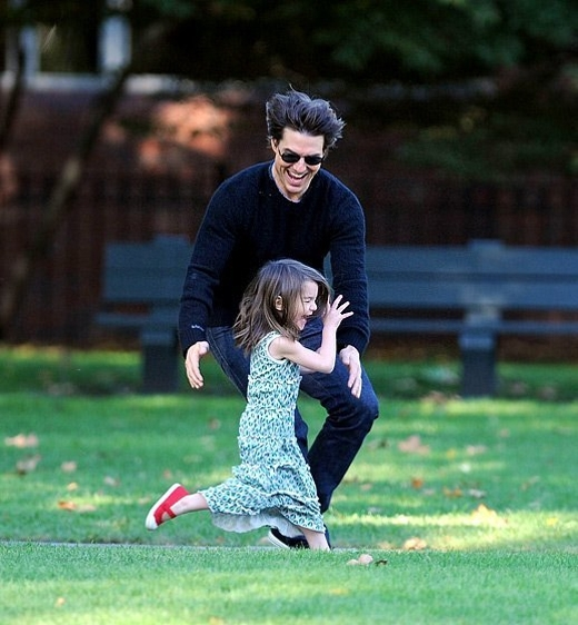 Suri đã từng có thời gian hạnh phúc bên bố Tom Cruise.