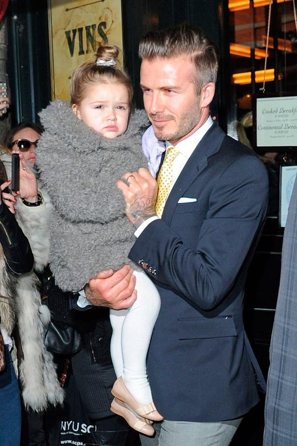 Beckham thường xuyên xuất hiện trước công chúng cùng Harper vànhẹ nhàngtrao cho cô bétừng cử chỉ yêu thương, ngọt ngào.
