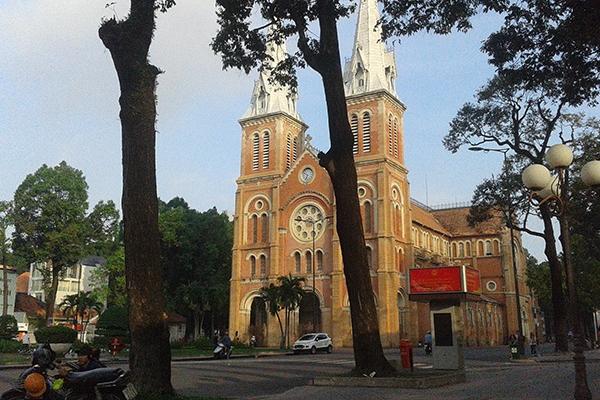 Trở lại nội thành, bạn hãy chọn cho mình một ly cà phê bệt tại khu vực Nhà thờ Đức Bà, thật bình thản ngắm dòng người qua lại để cảm nhận nhịp sống Sài Gòn.