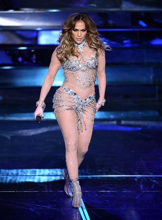 Jennifer Lopez với cặp đùi tiên cá đầy mê hoặc.