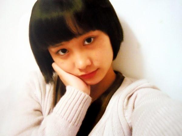 Năm 16 tuổi Chu Nham là một cô gái xinh xắn, đa tài được giới truyền thông chú ý và có rất nhiều người theo đuổi.