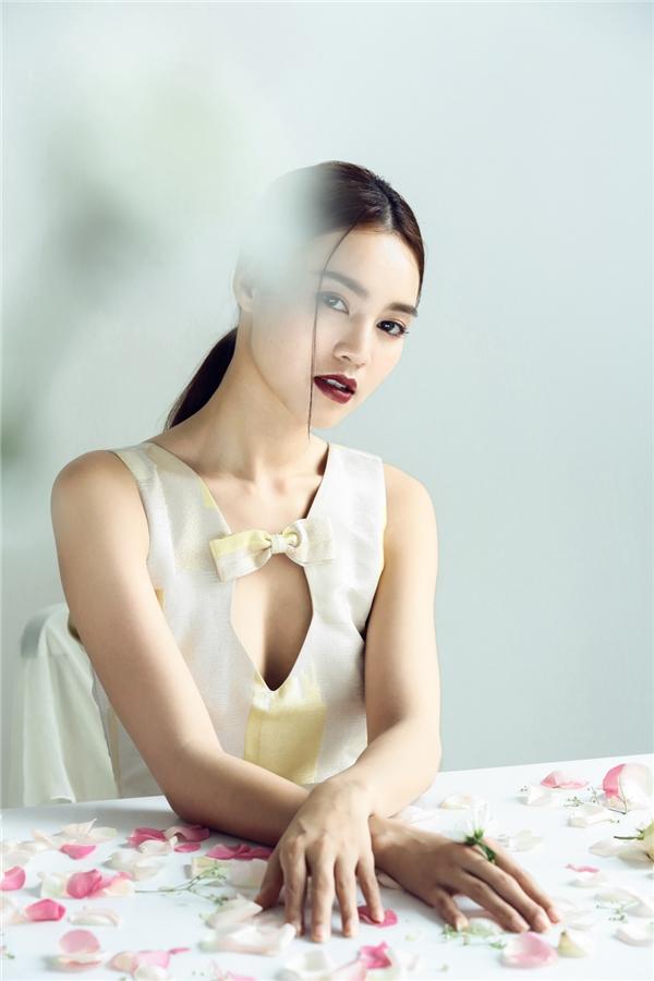 """Kiểu tóc buộc sau kết hợp cùng tông màu trầm nhấn nhá cho đôi môi gợi cảm đem lại hiệu quả thẫm mĩsang trọng và tính tế cho nàng """"ngọc nữ""""."""