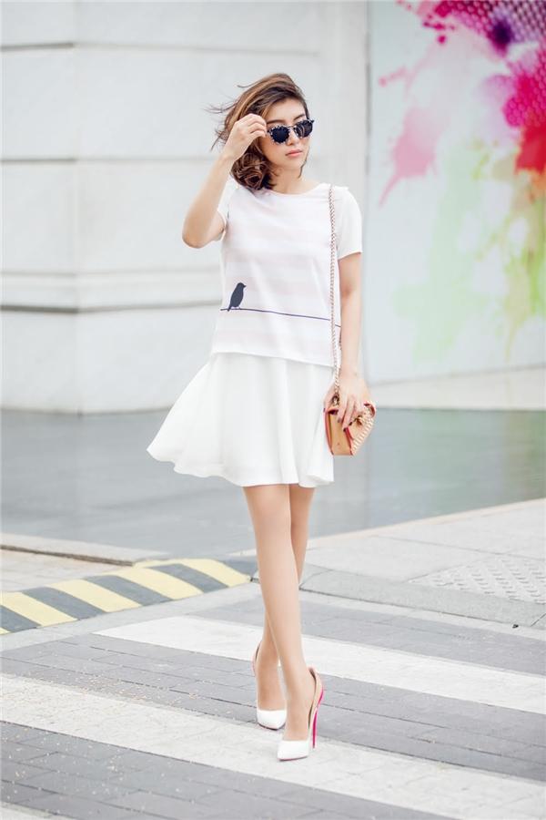 Tiêu Châu Như Quỳnh gợi cảm với chân váy cùng áo có kiểu dáng rộng giấu đường cong. Cô khéo léo kết hợp cùng túi xách hàng hiệu của Louboutin. Bộ cánh giúp giọng ca sinh năm 1993 tôn lên được vóc dáng
