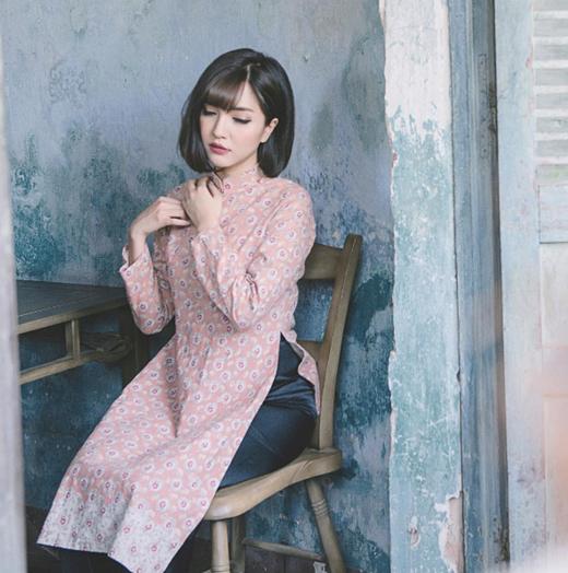 Bích Phương cũng quay trở về màu tóc đen trong MV mới của mình, hình ảnh mới mẻ của cô nàng đã chiếm nhiều tình cảm của người hâm mộ.