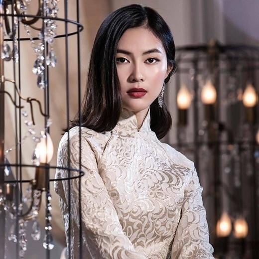 Helly Tống mang một vẻ đẹp vừa truyền thống vừa hiện đại, màu tóc đen giúp tôn lên những đường nét đậm chất Á Đông của cô nàng.