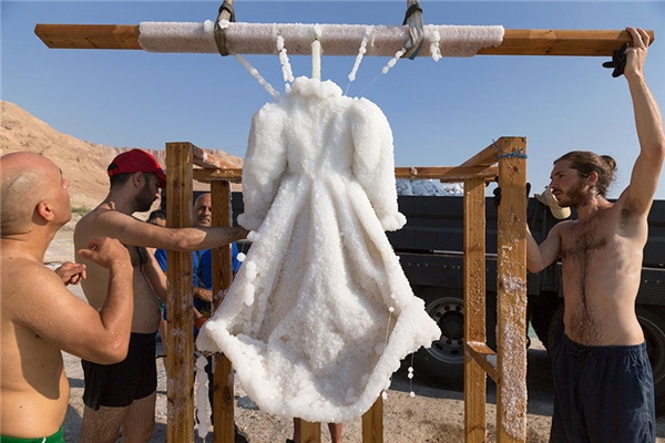 Hàm lượng muối cao trong nước của Biển Chết đã kết tinh lại trên chiếc áo.(Ảnh: Bored Panda)