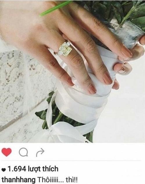 Thanh Hằng đăng tải hình ảnh đeo nhẫn ngón áp út, tay cầm hoa cưới trên trang cá nhân. - Tin sao Viet - Tin tuc sao Viet - Scandal sao Viet - Tin tuc cua Sao - Tin cua Sao