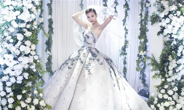 Không lâu sau đó, hình ảnh Thanh Hằngtrong trang phục váy cưới bị rò rỉ khiến cư dân mạng nghi ngờ vị giám khảo quyền lực của Vietnam's next top model đang lên kế hoạch tổ chức lễ cưới với bạn trai. - Tin sao Viet - Tin tuc sao Viet - Scandal sao Viet - Tin tuc cua Sao - Tin cua Sao