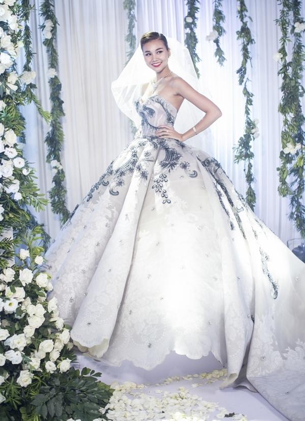 Với kiểu váy này, mỗi bước đi, cô dâu sẽ trông như nàng công chúa bước ra từ thế giới cổ tích, mang một vẻ đẹp sang trọng, cực kì lộng lẫy. - Tin sao Viet - Tin tuc sao Viet - Scandal sao Viet - Tin tuc cua Sao - Tin cua Sao