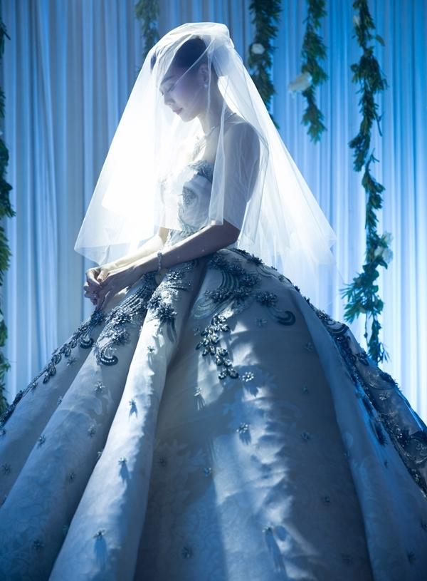 Bộváy cưới của Thanh Hằng được thiết kế riêng làm từ những chất liệu cao cấp. Bộ váy thuộc kiểu váy cưới dáng xòe bồng, mang âm hưởng thời trang cổ điển của quý tộc châu Âu thế kỷ 18 và hiện đang là xu hướng thiết kế váy cưới được rất nhiều sao trong nước và quốc tế yêu thích. - Tin sao Viet - Tin tuc sao Viet - Scandal sao Viet - Tin tuc cua Sao - Tin cua Sao
