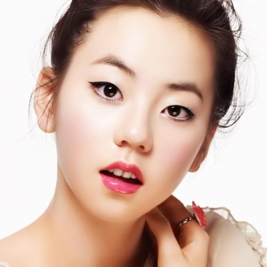 So Hee sở hữu gương mặt vừa nữ tính vừa cá tính với mắt một mí.