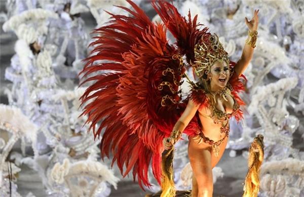Sự thật tàn khốc đằng sau lễ hội hóa trang hoa lệ tại Brazil
