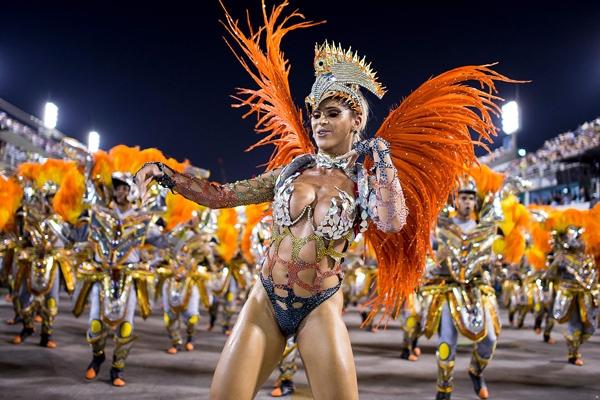 Tuy nhiên, hiếm có ai thắc mắc rằngtất cả sốlông chim và bộ lông trang trí cho các vũ công thực sự đến từ đâu?
