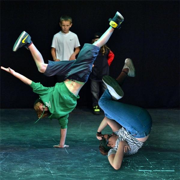 1. Nào cùng nhảy breakdance.