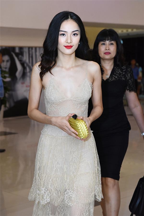 Hạ Vi gây chú ý trong trang phục đầm ren hai dây gợi cảmtại sự kiện ra mắt Tấm Cám - Chuyện chưa kể ở Hà Nội.