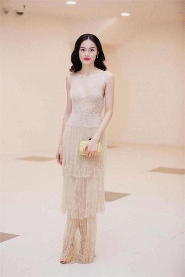 Bộ cánhmàu trắng nude giúptôn lên nước da trắng của Hạ Vi. Thiết kế xếp tầng phần chân váy tạo cảm giác nữ tính, điệu đà.