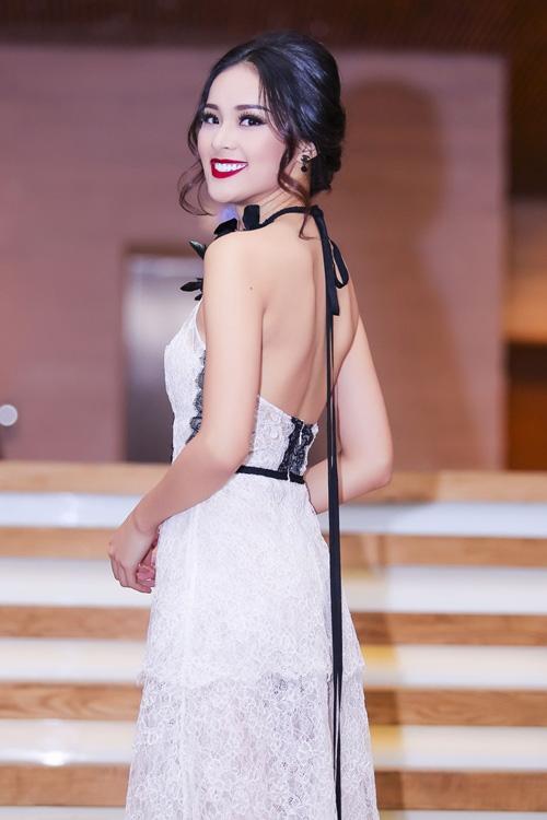 Trang phục váy ren cổ yếm khoét lưng kết hợp phong cách trang điểm đậm quyến rũ giúp Hạ Vi trở nên nổi bật.