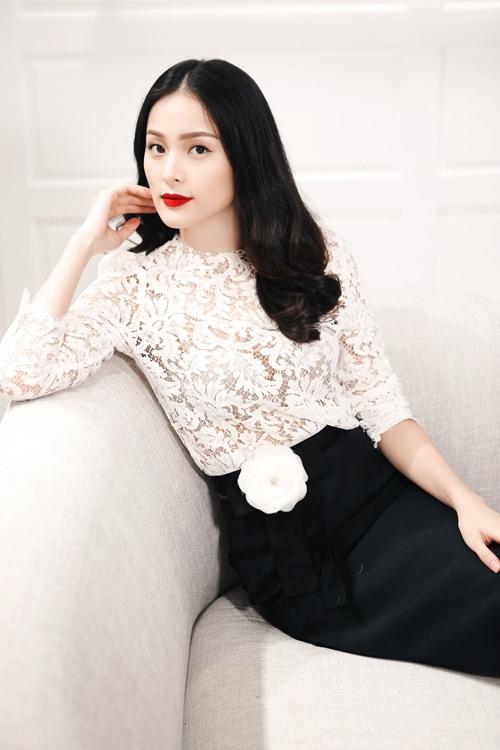 Từ thời trang thảm đỏ đến streetstyle, chụp hình tạp chí, Hạ Vi đều ưa chuộng chất liệu vải ren, đặc biệt là ren trắng.
