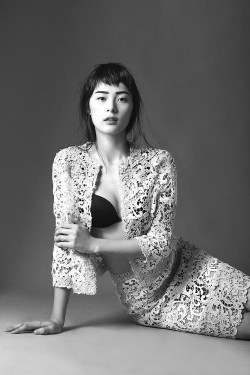 Đôi khi, Hạ Vi cũng thay đổi theo xu hướng sexy, táo bạo hơn với váy áo ren xuyên thấu.
