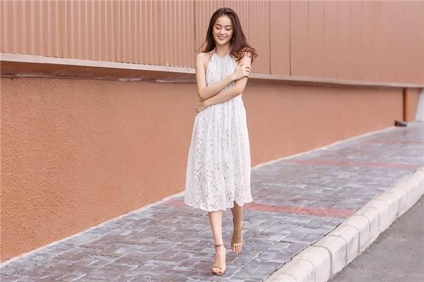 Xuống phố cùng váy ren, Hạ Vi thường lựa chọn thiết kếxòe, nhằm tôn lên vẻ đẹp thanh lịch, nữ tính.