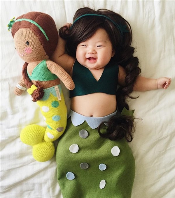 Ngủ say sưa, bé gái được mẹ hóa trang thành những nhân vật ngộ nghĩnh