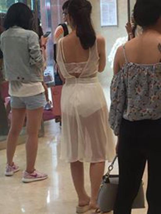 Những ngày vừa qua, hình ảnh cô gái mặc chiêc váy xuyên thấu phô toàn bộ nội y được chia sẻ ầm ầm trên mạng xã hội với những nhận xét không đồng tình của nhiều người.