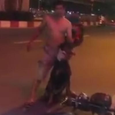 Chú chó Doberman bị đâm khiến chủ chú chó xót xa cởi vội áo quấn quanh cổ, cầm máu cho chú chó đáng thương. Ảnh: từ facebook Như Mai