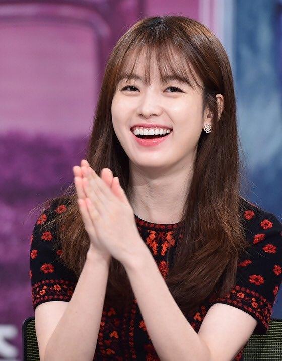 Dường như khuôn miệng rộng khi cười hết cỡ củaHan Hyo Joođã khiến cô nàng trông rạng ngời, đáng yêu vô cùng.