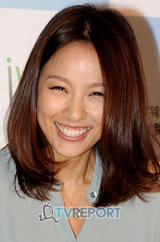 """Nụ cười hở lợi kèm đôi mắt cười """"không thấy mặt trời"""" luôn là biểu tượng của """"cô tiên quốc dân""""Lee Hyori."""