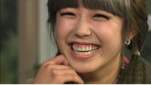 """Nhìn Hyosung (Secret) trẻ ra thêm mấy tuổi nhờ tự tin khoe nụ cười """"cá tính"""" của mình."""