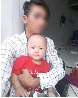 Cậu bé út hiện ở cùng bố, hai anh của béđược ông bà nội nuôi. Ảnh Facebook bố cháu bé.