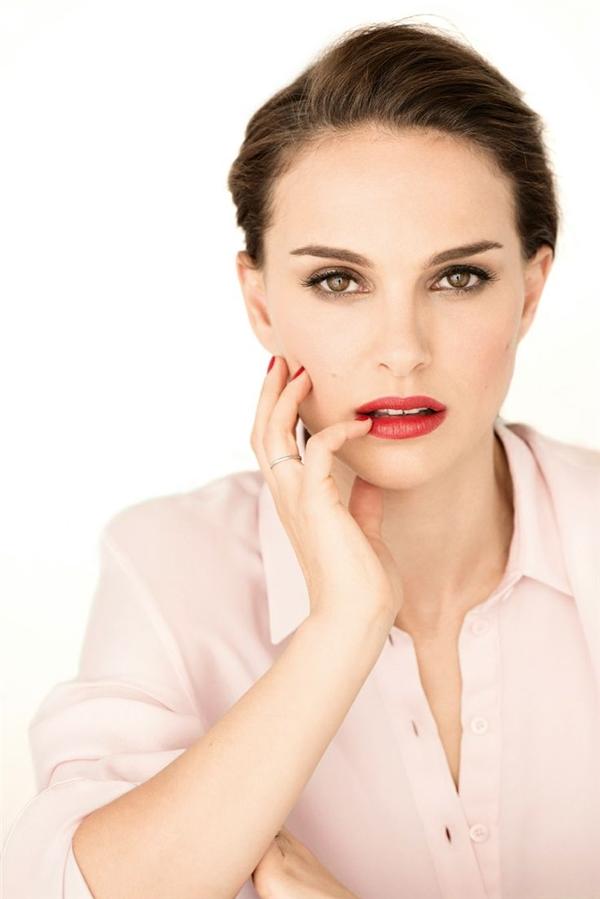 Natalie Portman chính là định nghĩa hoàn hảo nhất cho những vẻ đẹp không tuổi. Nếu phải so sánh những bức ảnh hiện tại của cô so với cách đây 10 năm thì có lẽ không nhiều người nhận ra được sự khác biệt. Có chăng thì đó là cặp má tròn trịa đã thế chỗ cho khuôn mặt xương và gầy hơn đôi chút, dù phải rất tinh ý mới nhận ra được.
