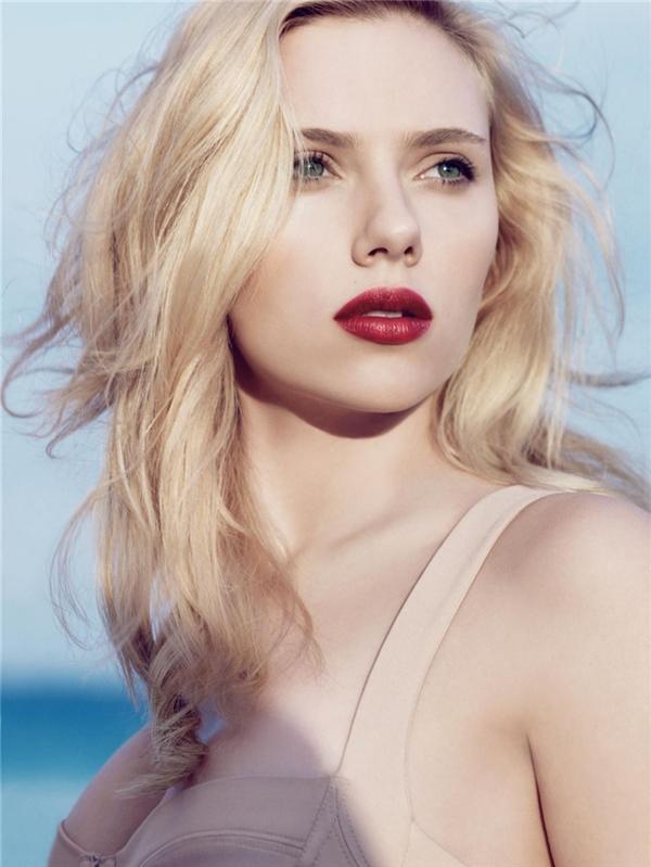 Scarlett Johansson, viên ngọc quýcủa Hollywood, cái tên không thể bỏ qua trong bất kì danh sách người đẹp nào, cho dù có là 10 năm nữa. Dù đã 31 tuổi nhưng Scarlett vẫn vô cùng tươi trẻ, căng mọng và rực rỡ, làm thổn thức biết bao con tim của những gã đàn ông si tình.