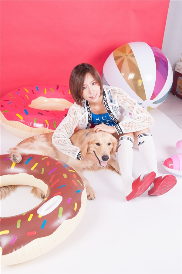 """Min chia sẻ, Gon thuộc giống Golden, là chú chó của một người bạn thân của Min. Để thực hiện đượcTake me away và sau đó là bộ ảnh này, Min đã phải cất công """"gặp gỡ"""" và làm quen với Gon trong vòng 1 tháng."""