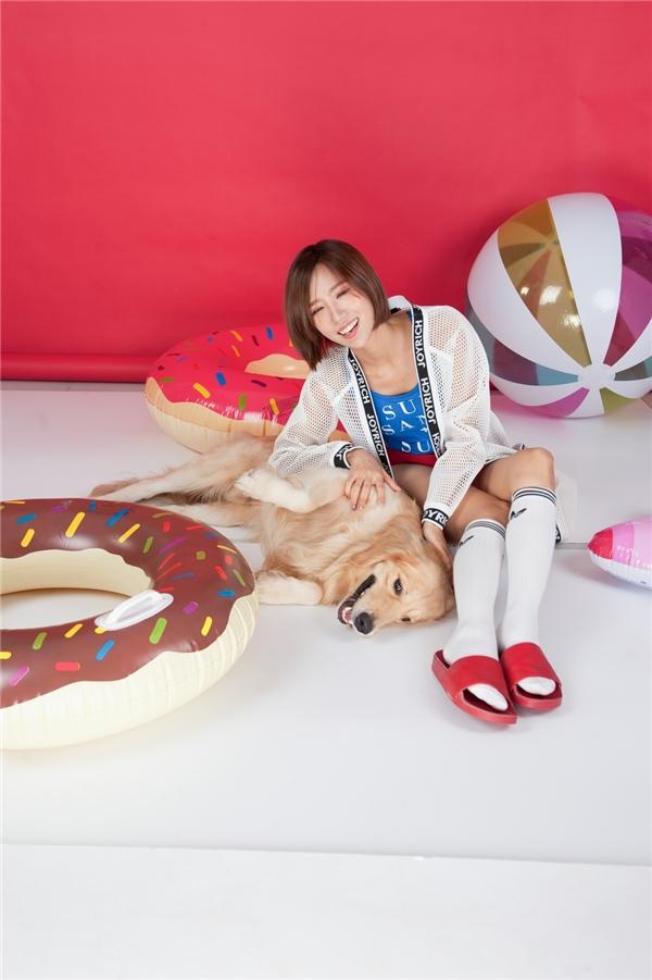 Min tinh nghịch, tươi cười rạng rỡ bên chú chó siêu đáng yêu