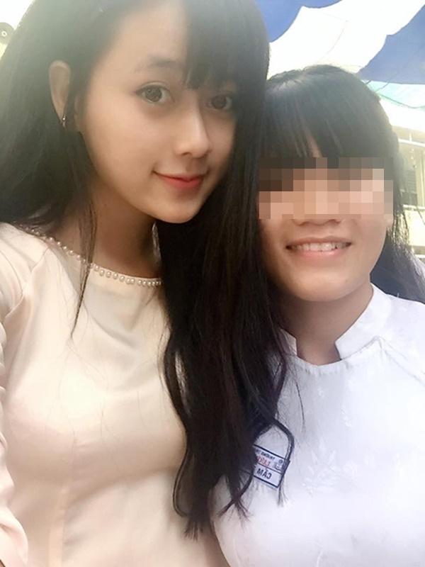 Những hình ảnh đáng yêu của cô giáo xinh đẹp chụp cùng học sinh. (Ảnh: Internet)