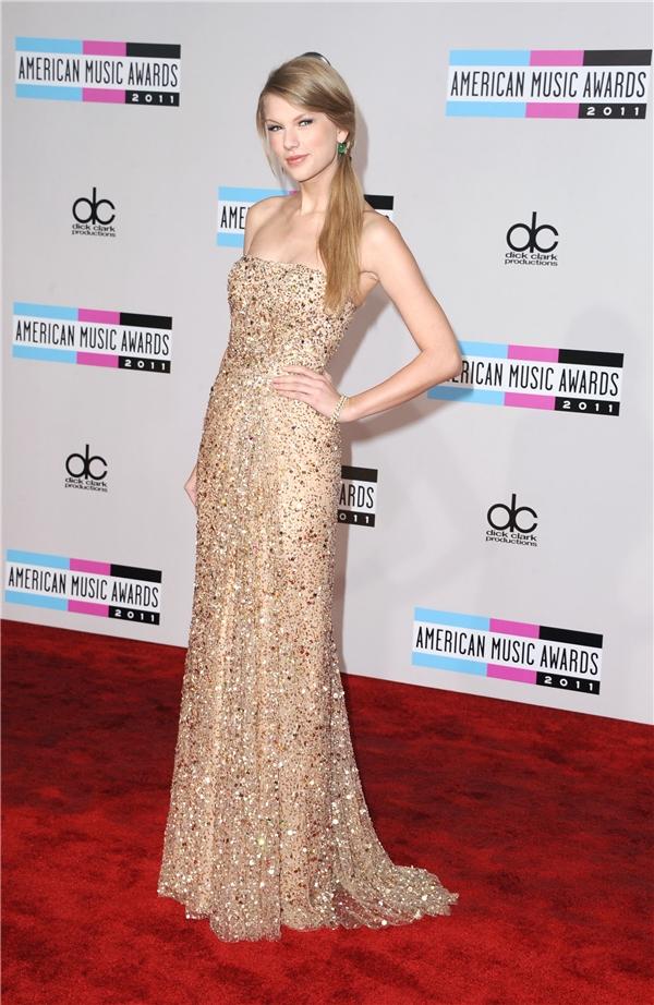 Công chúa nhạc đồng quê Taylor Swift rất biết cách tạo dáng trên thảm đỏ