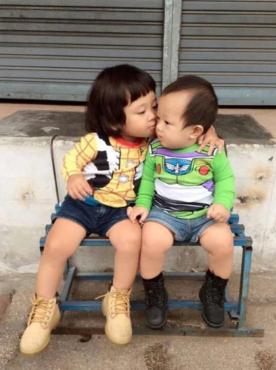 """Ngắm hoài không chán cặp anh em đáng yêu nhất """"hệ mặt trời"""""""