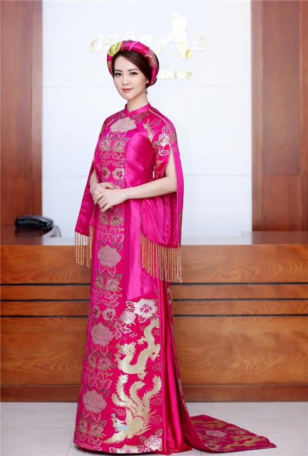 Á hậu Việt Nam 2008 diện áo dài cách tân với sắc hồng ngọt ngào nhưng không kém phần ấn tượng. Thiết kế tạo điểm nhấn ở đường xẻ tay, chi tiết tua rua cùng họa tiết rồng phượng mang đậm dấu ấn truyền thống.