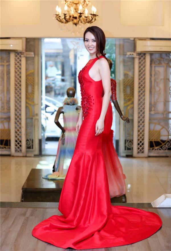Thiết kế với sắc đỏ ấn tượng càng trở nên bắt mắt hơn với chi tiết đính kết kì ông ở ngực váy.