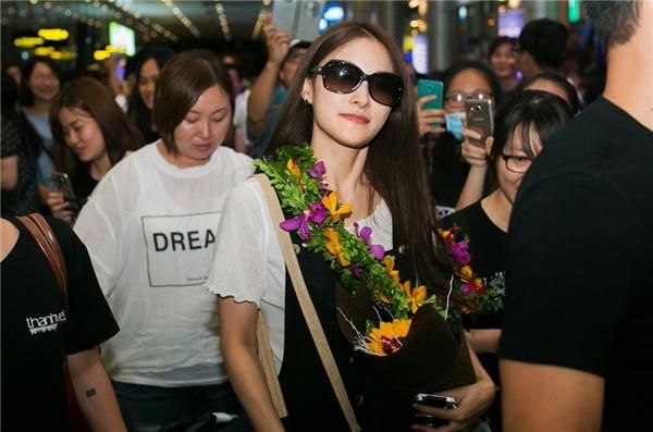 Cựu trưởng nhóm Kara giản dị, đội nón látại sân bay Đà Nẵng