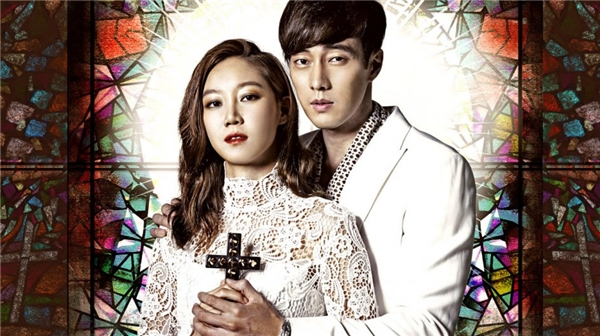 Tae Gong Sil - một cô gái kì quặc có năng lực nhìn thấy hồn ma,cô bắt đầu đeo bám Ju Jung Won- CEO của một trung tâm mua sắm đồ sộ cótính tình keo kiệt, lạnh lùng bởi vì chỉ cần chạm vào anh những hồn ma hay làm phiền cô sẽ chạy mất.