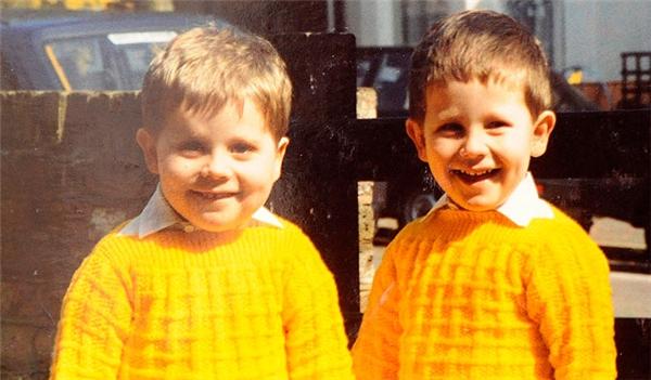 Adam và Neil khi còn nhỏ