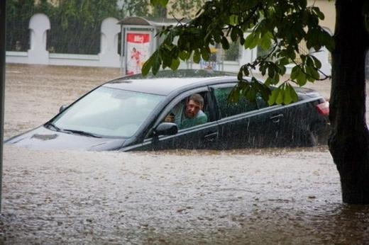 Cơn mưa ngang qua, mang xe anh trôi xa...