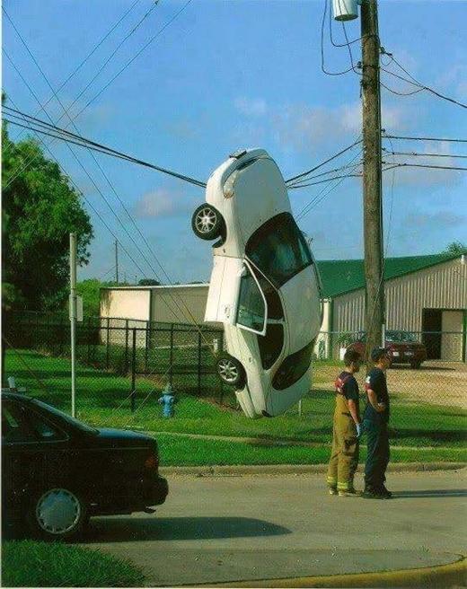 Có vẻ như hai thanh niên cũng không hiểu được vì sao chiếc xe lại như thế.