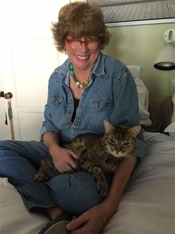 Bà Debbie - mẹ của Jenny, luôn cho mèo Coco ăn kem vào mỗi tối.(Ảnh: BuzzFeed)