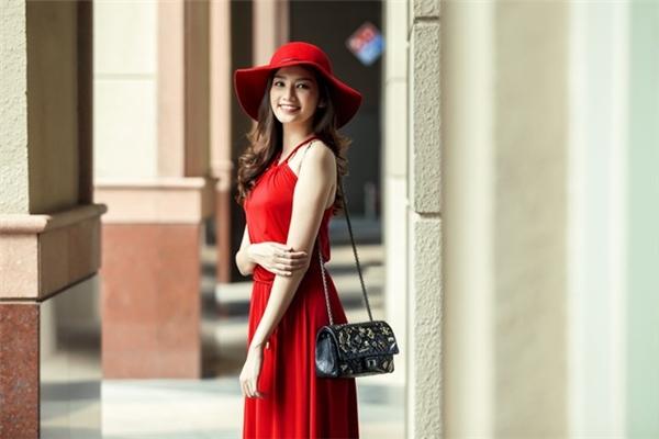 Với màu đỏ, bạn nên chọn sắc đỏ hơi ngã sậm, tông đỏ tươi sẽ dễ phản tác dụng và tạo cảm giác chói mắt.