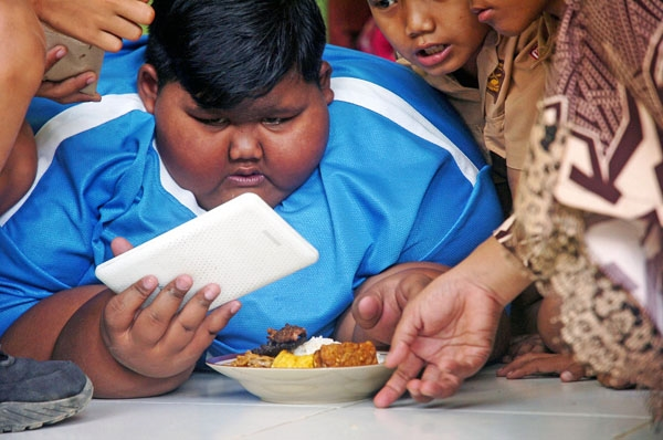"""Vào bữa trưa ở trường học, thay vì """"xơi""""2 phần ăn của người lớn như trước đây, Arya chỉ ăn một phần thức ăn nhỏ kèm ít trái cây và uống nhiều nước."""