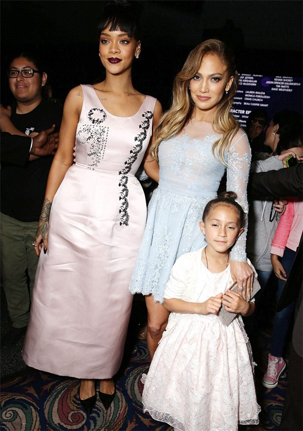 Emme nổi bần bật trong trang phục hảng hiệu tham dự sự kiện cùng mẹ và ca sĩRihanna.